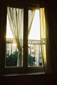 カーテンのある風景