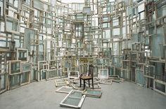 Chiharu Shiota 「記憶の部屋」、2009年、金沢21世紀美術館、撮影:Sunhi Mang