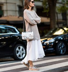 look white dress beige sweater dress, para aproveitar os vestidos até no outono e inverno