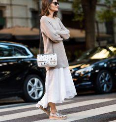 look white dress beige sweater dress, para aproveitar os vestidos até no outono e inverno
