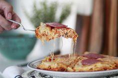 Μια πίτσα με φύλλο κρούστας και λιωμένο τυρί να τρέχει παντού. Η σημερινή συνταγή ακολουθεί την αρχιτεκτονική του μπακλαβά με τα φύλλα κρούστας, αλλά στη γέμιση μπαίνουν τα υλικά που πάντα βάζουμε στην πίτσα. Μοτσαρέλα, σάλτσα ντομάτας και πεπερόνι παίρνουν τη θέση των παραδοσιακών ξηρών καρπών. Mashed Potatoes, Artisan, Pizza, Cool Stuff, Ethnic Recipes, Food, Whipped Potatoes, Smash Potatoes, Meals