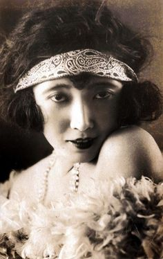 Takashima Aiko 高島愛子 An actress, model and moga. Born 1904 and died, in a firebombing raid on Tokyo, in She played Teruko in one of Mizoguchi Kenji's silent films of Out of College 学窓を出でて. She's still one of my favourites Vintage Photographs, Vintage Photos, Ghost In The Machine, Classic Actresses, Aiko, Silent Film, Vintage Beauty, Vintage Hair, Vintage Style