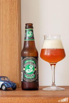 Brooklyn Lager, la international amber lager de Brooklyn Brewery (EE.UU.). Brooklyn Lager, Beer Bottle, Amber, Drinks, World, Ale, Drinking, Beverages, Drink
