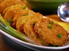 Food Network invites you to try this Fried Green Tomatoes recipe from Patrick and Gina Neely. Side Dish Recipes, Vegetable Recipes, Side Dishes, Milanesa, Pizza Integral, Food Network Recipes, Cooking Recipes, Cooking Joy, Cooking Network