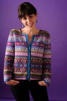 Here is a free access to a wide selection of women's jacquard knit cardigan to help you make your own. Take the time to unravel all the peculiarities in order to be able to build your jacquard vest suitably without any flaws. Fair Isle Knitting Patterns, Fair Isle Pattern, Knitting Designs, Tejido Fair Isle, Punto Fair Isle, Mundo Hippie, Norwegian Knitting, Mode Inspiration, Colour Inspiration