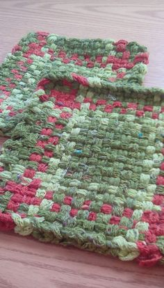 Set of two potholders made with recycled sock loopers. Green and red pattern Potholder Loom, Potholder Patterns, Crochet Potholders, Crochet Patterns, Loom Weaving, Hand Weaving, Nifty Crafts, Silk Ribbon Embroidery, Weaving Patterns