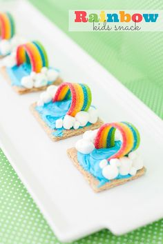 Graham Cracker Rainbow Weather Snack - Capturing Joy with Kristen Duke : Regenbogenkekse - was kann man aus einfachen Butterkeksen noch machen? Graham Cracker Rainbow Weather Snack, fun to after school or pre schoolers! Graham Crackers, Rainbow Snacks, Rainbow Parties, Kids Rainbow, Rainbow Desserts, Pool Parties, Kid Parties, Unicorn Food, Biscuits Graham