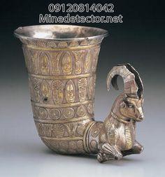 تکوک به شکل بز کوهی، جنس: نقره، الکتروم، اندازه: 13.5 در 15 سانتی متر، قدمت: سده ی هشتم تا ششم پیش از میلاد (دوره ی پیش-هخامنشی)، محل نگهداری: موزه ی میهو