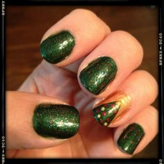 Sparkly green Christmas tree manicure