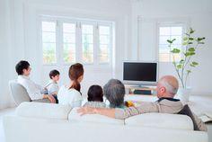 テレビを観る3世代家族 (c)didi