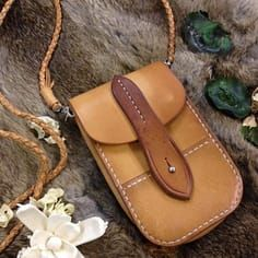 Leather bags etc Photo Handmade Leather Wallet, Leather Gifts, Leather Pouch, Leather Tooling, Leather Craft, Leather Crossbody Bag, Leather Purses, Small Leather Bag, Small Leather Goods