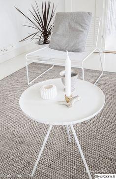 olohuone,vaalea,matto,sivupöytä,olohuoneen sisustus