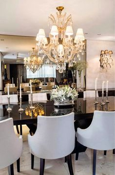 1- Luxo de mesa preta, retangular de 8 lugares, com cadeiras pretas e estofado bege! Iluminação com plafon de cristal! Faz um bom ...