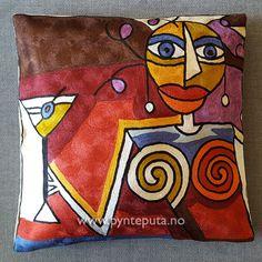 Pynteputa - Dame med marini - Brun. Motivet er tøft og stilig og har et spennende og moderne uttrykk som vil gi et ekstra løft til interiøret. Hovedfargene er i bronse, grønn, azurblå og lys gylden, med elementer i sort, brun, lilla, blå og hvit. Fra nettbutikken www.pynteputa.no #pyntepute #pynteputer #pynteputa #farger