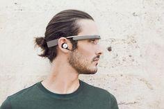 Die neue Variante von Google Glass verfügt jetzt über einen herkömmlichen Ohrstöpsel – gar nicht so futuristisch. (Quelle: Google)
