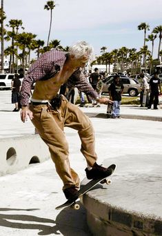 Old school skate. See, old skate boarders never die.but after they hit the cement a few hundred times they wish they could. Foto Picture, Never Too Old, Mode Boho, Old Age, Surfer, Young At Heart, Longboarding, Aging Gracefully, Forever Young