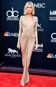 Hailey Baldwin/Reprodução - vestido-nude-decote - vestido-nude - verão - Billboard Music Awards | Decote poderoso e recorte estratégico marcaram o look da musa Hailey Baldwin.
