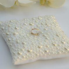 Porta aliança feira em cetim Bucol e toda de perolas!  Almofadinha pode ser feita em cor Branco e creme.  Dimensão: 16 cm * 16 cm * 5 cm R$ 90,00