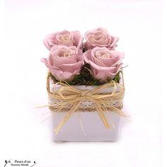 Laissez vous charmer par ce cube aux douces couleurs. Réalisé en fleurs stabilisées. Une composition florale originale à offrir ou à s'offrir.