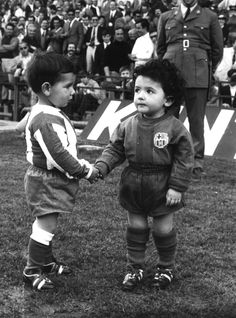 Two young fans shake hands before a 1971 meeting between Barça and Atleti.