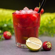 Der low-carb Erdbeer-Caipirinha ist lecker, low-carb und auch glutenfrei. Er ist schell zubereitet und schmeckt zu dem an heißen Sommertagen besonders gut.