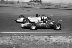 Dan Gurney (No. 93 Team Lotus-Ford) and Jim Clark (No. 92 Team Lotus-Ford) in the Indianapolis 500 Indy Car Racing, Indy Cars, Road Racing, Formula 1, Dan Gurney, Race In America, Black Helmet, Lotus Car, American Sports