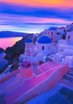 finding beauty in Greece - Santorini - the sunset portrays beautiful colors on the island and sea