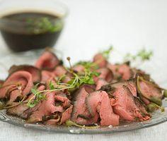 Härlig rostbiff i marinad med färska örter kommer bli en klassiker på festbordet! Köttet ska först stekas innan du lägger det i en smakrik timjan- och vitlöksmarinad i något dygn. Bjud på ditt vackra kött ihop med ugnsrostade marinerade grönsaker. Fall Recipes, Beef Recipes, Snack Recipes, Recipies, Snacks, Mouth Watering Food, Swedish Recipes, Food For A Crowd, Love Food