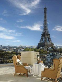 le petit-déjeuner  en face de la Tour Eiffel