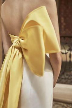 Yellow bow wedding dress by Carolina Herrera Favorite Wedding Dresses from Bridal Fashion Week Spring 2019 Style Couture, Couture Mode, Couture Fashion, Runway Fashion, Fashion Show, Fashion Trends, London Fashion, Look Skater, Carolina Herrera Bridal