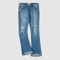 """Direkt aus Kalifornien, vom 2008 gegründeten In-Label kommt """"The Flip Flop"""" – Bootcut Jeans, die mit ihrem fransigem Saum perfekt zum Sommer und zu den allseits beliebten FF-Sandalen passen. Used-Look mit Destroyed-Effekten und teils offener Kniepartie. Five-Pocket-Form mit Gürtelschlaufen, Knopf und Zipper."""