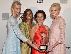 Preisträgerin Heidi Schaller (2.v.re) für VINOBLE Cosmetics in der Kategorie Beatuty SPA Treatment, hier mit Dagmar Rizzato und den Zwillingen Nina und Julia Meise (Foto BrauerPhotos / G.Nitschke Spa, Awards, Formal Dresses, Beauty, Fashion, Pictures, Dresses For Formal, Moda, Formal Gowns