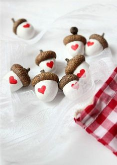 Eicheln mit Herzen Heart Acorns - With real acorn caps Kids Crafts, Fall Crafts, Holiday Crafts, Diy And Crafts, Craft Projects, Arts And Crafts, Kids Diy, Acorn Crafts, Noel Christmas