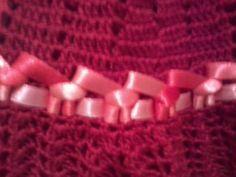 Vestido vermelho todo em croche, bordado com fita de setim mesclada em rosa e vermelho, alças em fita de setim e botões de acrílico, saiote em filó e forro em tecido vermelho. Acompanha um lindo maxi colar em pedrinhas de acrílico transparente, miçangas brancas e flor de acrílico