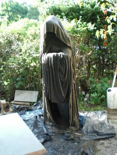 Casting Concrete – DIY – Instructions – Guardians made of concrete-impregnated fabric … Casting Concrete – DIY – Instructions – Guardians made of concrete-impregnated fabric … Cement Art, Concrete Crafts, Concrete Art, Concrete Projects, Concrete Garden, Halloween Yard Decorations, Halloween Porch, Outdoor Halloween, Concrete Sculpture