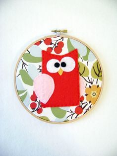 Another cute hoop art idea for Big girl room! Love the fabric. Fabric Wall Art, Owl Fabric, Diy Wall Art, Owls Kindergarten, Owl Parties, Red Owl, Embroidery Hoop Crafts, Felt Owls, Owl Crafts
