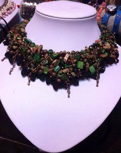 Sidef de culoarea smaraldului, chipsuri de unakit, margele filigran, margele sticla, cristale fațetate, accesorii metalice.