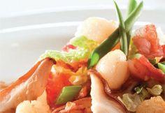 Pétoncles rôtis, sauté de chou chinois au gingembre et au bacon France Castel, Chou Napa, Cantaloupe, Bacon, Food, Cabbage Stir Fry, Chinese Cabbage, Seafood, Sprouts