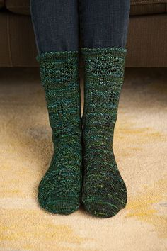 Evergreen Socks FREE knitting pattern These beautiful socks use a simple lace pattern to replicate the majestic canopy of a forest with a delicate picot edge to finish them off. Wonderful knit up as a gift or make them for yourself! (aff link)