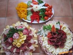 obložené mísy Party Food Platters, Party Trays, Food Trays, Sandwich Platter, Meat Platter, Fruit Platter Designs, Meat And Cheese Tray, Vegetable Decoration, Food Bouquet