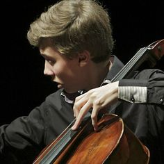 Jonathan Roozeman (1998) studied at the Sibelius Academy. In 2012 he won 2nd prize at the 4th Cello Competition in Amsterdam. In 2013 he was awarded a special prize at the 5th Paulo Cello Competition in Helsinki, and he was one of 3 finalists in the Prémio Suggia Competition in Porto. He reached the semi-finals in the 3rd  Gaspar Cassadó Violoncello Competition in Japan. In 2015 he participated in the Nordic Soloist Competition in Bergen. He plays a Tecchler cello of 1707.