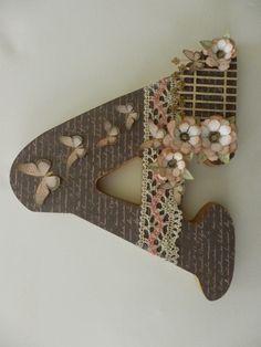 Inicial de madera decorada con papeles de scrapbooking, deRaquel Abalorios.