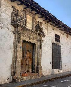 Casona en la calle Cruz de Piedra (s. XVIII), Cajamarca. #cajamarca #igerscajamarca #peru #igersperu #arquitectura #architecture #archilovers #barroco #baroque #arte #art #virreinato #colonial. #casa #house #portal #portada #doorway. PERU