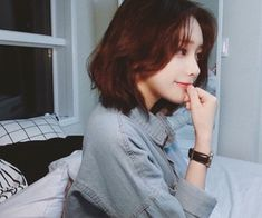 "Find and save images from the ""Son Hwa Min"" collection by Tiêu Mặc (tieumac) on We Heart It, your everyday app to get lost in what you love. Asian Short Hair, Girl Short Hair, Cute Korean, Korean Girl, Pretty Hairstyles, Girl Hairstyles, Asian Hairstyles, Son Hwamin, Hwa Min"