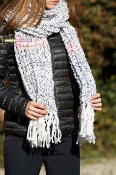 Tutorial con foto e spiegazioni per realizzare una bella sciarpa all'uncinetto a coste con lana grossa. Modello facile da fare adatto per donna, uomo e bambini