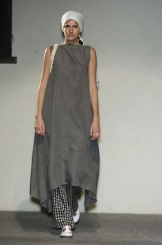 Daniela Gregis at Milan Fashion Week Spring 2005 - Runway Photos Estilo India, Boho Fashion, Womens Fashion, Fashion Design, Milan Fashion, Vetements Clothing, Mein Style, Altered Couture, Linen Dresses