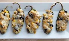 Con quinoa, frijoles negros, granos de maíz y queso Monterey Jack.