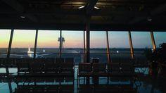 From @sinfe instagram.com/sinfe Adorava gli aeroporti: le piacevano l'odore il rumore l'atmosfera la gente che correva qua e là con le valigie felice di partire felice di tornare. Le piaceva vedere gli abbracci cogliere la strana commozione dei distacchi e dei ritrovamenti. L'aeroporto era il posto ideale per osservare le persone e la riempiva sempre di un piacevole senso di anticipazione come se stesse per succedere qualcosa. #Lavoroconvista #Work #Sunset #Tramonto #Solstizio #Estate…