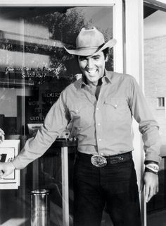 Elvis Presley Candid Photo on The Set of The 1956 Movie Love Me Tender Lisa Marie Presley, Elvis And Priscilla, Priscilla Presley, Elvis Presley Images, Elvis Presley Movies, Mississippi, King Creole, Smiles And Laughs, Memphis Tennessee