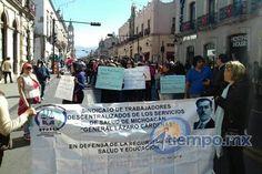 Alrededor de 300 manifestantes exigen pagos pendientes, insumos para la realización de su trabajo y la destitución del delegado administrativo de la SSM, Hugo Rosales Basurto – Morelia, Michoacán, 09 ...